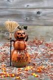 Keramische Zahl des furchtsamen großen orange Kürbises auf verwittertem Holz Stockbild