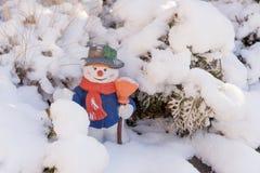Keramische Zahl des Schneemannes mit Hut und Schal Stockbilder
