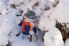 Keramische Zahl des Schneemannes mit Hut und Schal Stockbild
