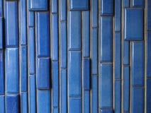 Keramische Ziegelsteinmuster-Hintergrundphotographie, vertikales Blau glasierte Ziegelsteine Lizenzfreie Stockbilder