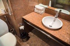 Keramischer Abfluss der Badezimmerwanne Stockfotografie