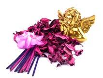Keramischer Amor mit rosafarbener Dekoration Lizenzfreies Stockfoto