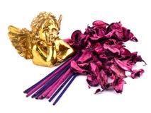 Keramischer Amor mit rosafarbener Dekoration Lizenzfreie Stockfotos