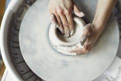 Keramischer Arbeitsprozeß mit Lehmtöpfer ` s Rad, Nahaufnahme von Frauenhänden stockfoto