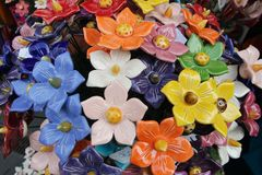 Keramischer Blumenblumenstrauß am Straßenmarkt- stockbild