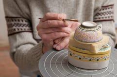 Keramischer Dekorateur bei der Arbeit lizenzfreies stockbild