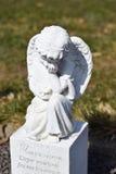 Keramischer Engel, Engelskirchhof schützend, Schlafenengelskirchhof und träumen Engelskirchhof, Engel gemacht von keramischem, En Stockbild