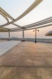Keramischer Fliesenboden und Stahl im Freien im Hintergrund des Sonnenaufgangs und des Sonnenuntergangs Stockfoto