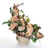 Keramischer Flowerpot mit künstlichen Blumen Stockbilder