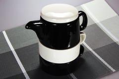 Keramischer Satz Teekanne und Schalen Stockbild