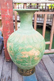 Keramischer Vase auf dem Holzfußboden Lizenzfreie Stockbilder