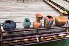 Keramischer Vase auf dem Holzfußboden Stockbilder