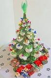 Keramischer Weihnachtsbaum u. Geschenke Stockfotos