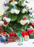 Keramischer Weihnachtsbaum u. Geschenke Stockbild
