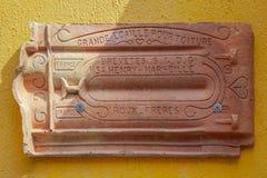 Keramisches Dach der Weinlese auf dem Gelb in Insel Tenedos Bozcaada durch das Ägäische Meer stockfotos