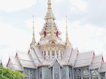 Keramisches Dach des thailändischen Tempels mit thailändischen Artgebäude Dachgesimsen und tymp Lizenzfreies Stockfoto