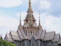 Keramisches Dach des thailändischen Tempels mit thailändischen Artgebäude Dachgesimsen und tymp Lizenzfreies Stockbild