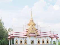 Keramisches Dach des thailändischen Tempels mit thailändischen Artgebäude Dachgesimsen und tymp Stockfotografie