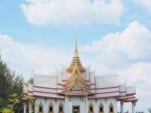 Keramisches Dach des thailändischen Tempels mit thailändischen Artgebäude Dachgesimsen und tymp Lizenzfreie Stockfotografie