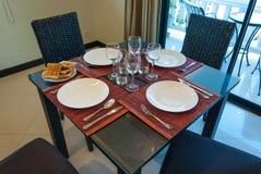 Keramisches Geschirr auf dem Tisch Lizenzfreie Stockfotografie