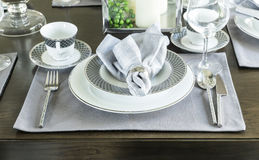 Keramisches Geschirr auf dem Tisch Stockbild