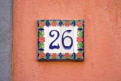 Keramisches Hausnummer 26 Stockbild