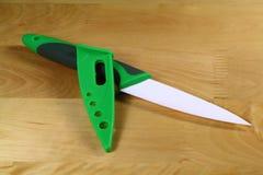 Keramisches Messer mit seinem Schutz Lizenzfreie Stockbilder