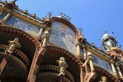 Keramisches mit Ziegeln gedecktes Detail über Fassade des Gaudi-Theatergebäudes in Barcelona, Spanien Stockfoto