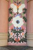 Keramisches mit Ziegeln gedecktes Detail über Säule des Gebäudes in Barcelona, Spanien Stockfotografie