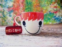 Keramisches Schalenkaffee-Gefühlslächeln und kleines hölzernes mit der Benennung von w Stockbilder