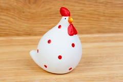 Keramisches weißes der lustigen Henne und rot Stockfotos