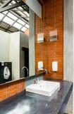 Keramisk badrumvask i badrum för man` s Arkivfoto
