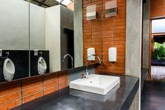 Keramisk badrumvask i badrum för man` s Fotografering för Bildbyråer