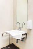 Keramisk badrumvask i rörelsehindrat badrum Arkivfoton