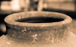 Keramisk behållare för gammalt vatten, med hålet i perspektivsikt Fotografering för Bildbyråer