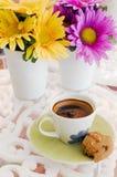 keramisk blomma för kaffekopp Arkivbilder