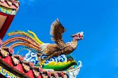 Keramisk brandfågel på taket av kines royaltyfri bild