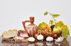 Keramisk bunke, bacon och frukt Arkivfoto