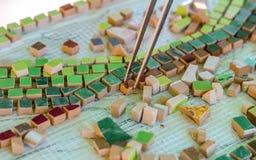 Keramisk design Best?ndsdelar f?r konstruktionen av keramiska konstverk Keramisk mosaik arkivfoton