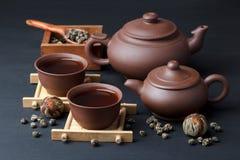 Keramisk dishware och grönt te Fotografering för Bildbyråer