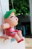 Keramisk flickadocka och suddighetsbakgrund Arkivfoto