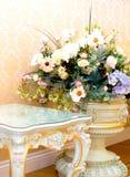 Keramisk härlig vas med en bukett av så mycket arkivfoton