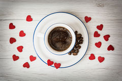 Keramisk kopp kaffe med små röda hjärtor Royaltyfri Fotografi