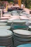 Keramisk kopp, många vita olika plattor som tillsammans staplas Arkivbild