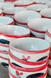 Keramisk kopp, många vita olika plattor som tillsammans staplas Arkivfoton