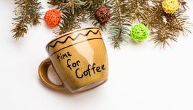 Keramisk kopp med inskrifttid för kaffe Råna för kaffe med julgarneringbakgrund Tyck om vinterdrinken royaltyfria bilder