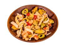 Keramisk platta med den olika havsmaten och oliven som isoleras på Royaltyfria Foton