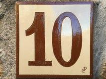 Keramisk tegelplatta med nummer tio 10 Arkivfoton