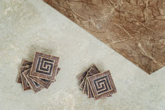 Keramisk tegelplatta på golvet Arkivbild