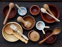 Keramisk, trä, för lera tom handgjord bunke, kopp och sked på mörk bakgrund Krukmakerilergodsredskap, kitchenware Arkivfoto